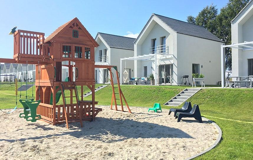 domki letniskowe nad morzem z atrakcjami dla dzieci plac zabaw