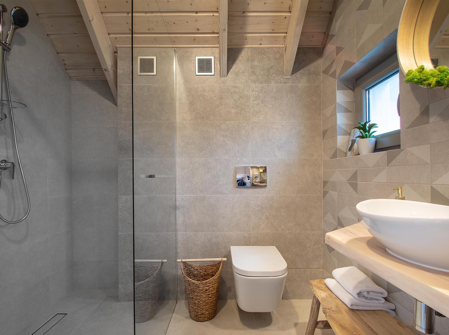 11-Domek 8 nad morzem Zatoka Mew łazienka gorna z prysznicem