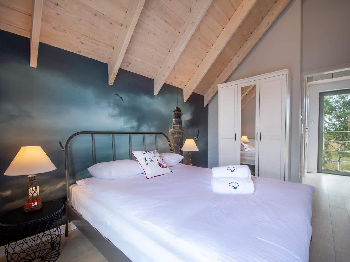 sypialnia na poddaszu, domek letniskowy do wynajęcia, łóżko metalowe szare, biała szafa