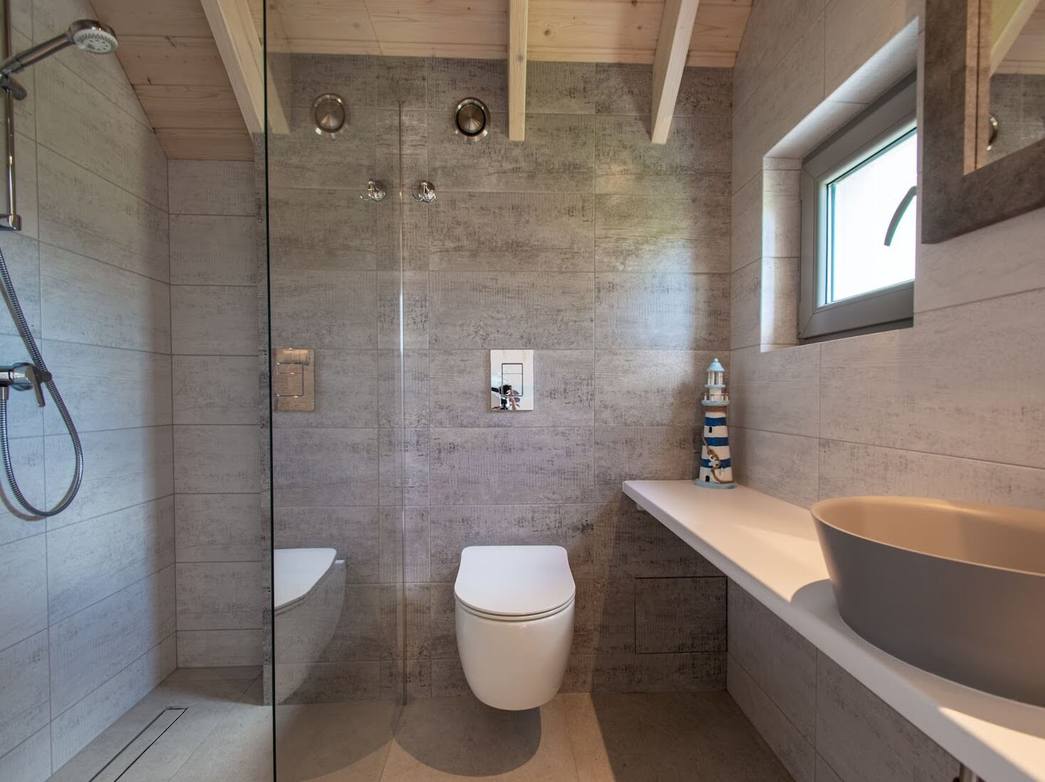 łazienka z prysznicem, kafelki szare, łazienka w domku do wynajecia